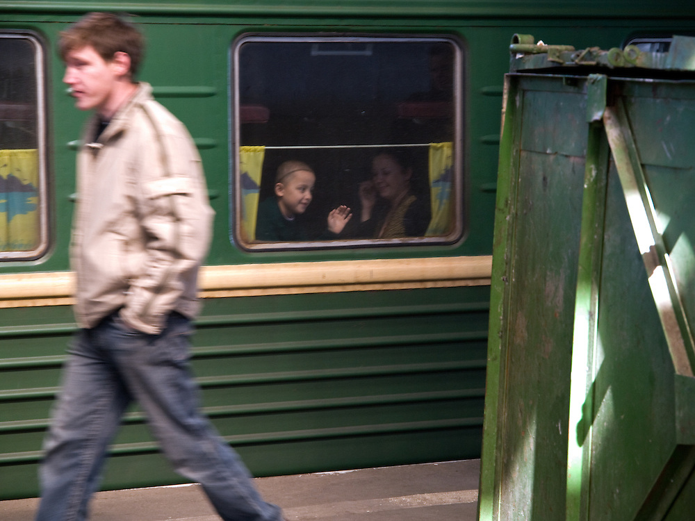 Reisende auf einem Bahnsteig des Kasaner Bahnhofs (Kasanski woksal) welcher einer der neun Bahnh&ouml;fe in Moskau ist. Er liegt am Komsomolskaja-Platz, in unmittelbarer N&auml;he zum Jaroslawler und dem Leningrader Bahnhof, und ist bis heute einer der gr&ouml;&szlig;ten Bahnh&ouml;fe der russischen Hauptstadt. <br /> <br /> Travellers on a plattform of the Kazansky Rail Terminal (Kazansky vokzal) which is one of eight rail terminals in Moscow, situated on the Komsomolskaya Square, across the square from the Leningradsky and Yaroslavsky terminals.