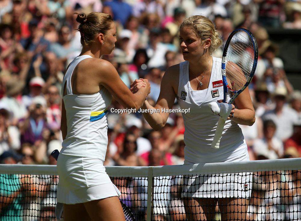 Wimbledon 2010,Sport, Tennis, ITF Grand Slam Tournament,  L-R.Siegerin Vera Zvonareva (RUS) und Kim Clijsters (BEL) schuetteln Haende am Netz, shake hands,..Foto: Juergen Hasenkopf..