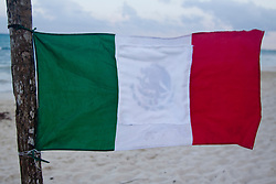 La bandiera fuori dalla casa di un  italiano. Una bandiera messicana alla quale è stato coperto il logo dell'aquila e il serpente.