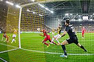 ARNHEM, Vitesse - PSV, voetbal Eredivisie, seizoen 2013-2014, 15-03-2014, Stadion de Gelredome, PSV speler Memphis Depay (M) kopt de 1-2 binnen, Vitesse keeper Piet Velthuizen (2R) is kansloos.
