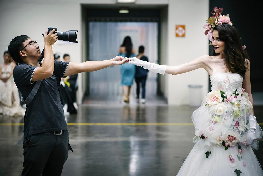 Bangkok January 26, 2018 -    Photographer taking a snapshot to a Famous Thai transgender celebrity (Khun, 24)   at the Thailandís first LGBT-themed expoBangkok, le 26 janvier 2018 - Un photographe prend un instantané d'une célèbre célébrité thaïlandaise transgenre (Khun, 24 ans) lors de la première exposition sur le thème LGBT en Thaïlande.
