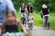 In de bossen bij Soest rijdt een gezin op de fiets.<br /> <br /> In the woods near Soest a family is cycling.