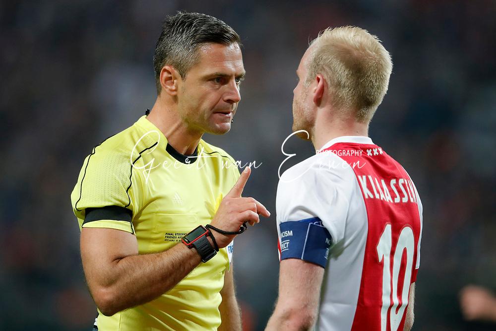 24-05-2017 VOETBAL:AJAX - MANCHESTER UNITED:FINALE:STOCKHOLM<br /> <br /> Davy Klaassen van Ajax in discussie met scheidsrechter Samir Skomina <br /> <br /> Foto: Geert van Erven