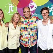 NLD/Hilversum/20150715 - Premiere Binnenstebuiten, schrijver Simon de Waal en familie