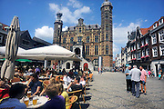 Nederland, Venlo, 14-7-2009De markt met terrassjes en het oude stadhuis, eens de waag, in het oude centrum van de stad.Foto: Flip Franssen/Hollandse Hoogte