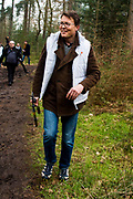 De prinsessen Beatrix, Aim&eacute;e en de prinsen Constantijn en Floris hebben vrijdag de handen uit de mouwen gestoken voor de actie NLdoet. De koninklijke vrijwilligers hielpen mee op de Prinses M&aacute;xima Manege in Den Dolder. <br /> <br /> The princesses Beatrix, Aim&eacute;e and princes Constantine and Floris have done some volunteer works forthe  action NLdoet. The royal volunteers helped the Princess M&aacute;xima riding in Den Dolder.<br /> <br /> Op de foto / On the Photo:  Prins Constantijn
