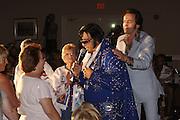 USA Nordamerika Memphis Tennessee Images of the King Contest ..About 70 international Elvis Presley  inpersonators perform 5 nights at the annual Images of the King Contest in Memphis Tennessee the audience is mostly female contestant Gilles Elmiliah (Israel) on stage..Elvis Presley Wettbewerb 2006 jedes Jahr im August singen ca  70 internationale Elvis Interpreten 5 Tage lang in Memphis um die Wette Das Publikum besteht vorwiegend aus Frauen Teilnehmer Gilles Elmiliah (Israel) auf der Buehne.