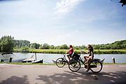 In Oud-Zuilen fietsen twee vrouwen langs de Vecht.<br /> <br /> In Oud Zuilen two women cycle along the Vecht.