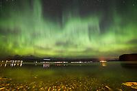 Et fly kommer inn for landing på Ålesund Lufhavn på Vigra i det fantastisk nordlyset.<br /> Foto: Svein Ove Ekornesvåg