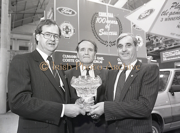 Presentation of Ford Centenary Trophy to president of G.A.A. at main hall of R.D.S., Merrion Road, Dublin,<br />