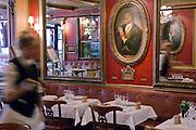 Le plus vieux caf&eacute; de Paris...<br /> Fond&eacute; en 1686 par Francesco Procopio dei Coltelli, des figures embl&eacute;matiques comme Voltaire, Danton, Robespierre, Marat ou Benjamin Franklin c&ocirc;toyaient ce lieu prestigieux.<br /> T&eacute;moin de l'histoire, ce restaurant surprenant au d&eacute;cor marqu&eacute; par les &eacute;v&eacute;nements parisiens qui s'y sont d&eacute;roul&eacute;s saura vous charmer.<br /> Le Procope vous surprendra aussi par ses compositions culinaires : coq au vin ivre de Juli&eacute;nas ou poissons du march&eacute; &agrave; la plancha.