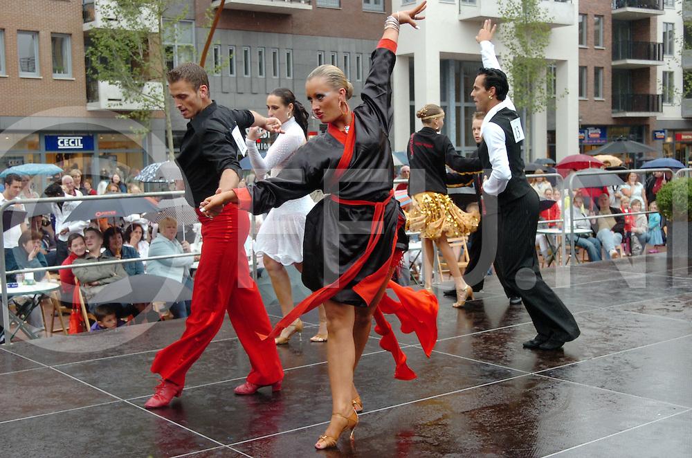 080823 Hardenberg ned.Wat later dan gepland maar daar waren de dansparen nu toch hier zijn ze zich aan het opwarmen met een cha cha cha en de vloer aan het testen of het niet te glad is door de regen. Danswedstrijd om de klepperdtadbokaal..ffu press agency©2008Saskia Stegeman..