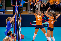 26-08-2017 NED: World Qualifications Netherlands - Slovenia, Rotterdam<br /> De Nederlandse volleybalsters plaatsten zich eenvoudig voor het WK volgend jaar in Japan. Ook Sloveni&euml; wordt met 3-0 verslagen / Femke Stoltenborg #2 of Netherlands, Robin de Kruijf #5 of Netherlands