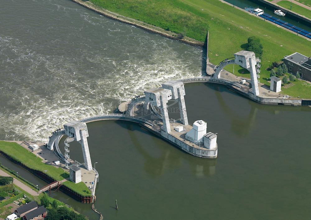 Lek stuw bij Hagestein in de gemeente Vianen  regelt samen met de stuw bij Amerongen en Driel een groot deel van de waterhuishouding op de Rijn en Lek