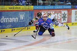 17.10.2014, Helios Arena, Schwenningen, GER, DEL, Schwenninger Wild Wings vs Krefeld Pinguine, 11. Runde, im Bild (l.) Dominik Meisinger (Krefeld Pinguine) (r.) Alexander Dueck (Schwenninger Wild Wings) // during Germans DEL Icehockey League 11th round match between Schwenninger Wild Wings and Krefeld Pinguine at the Helios Arena in Schwenningen, Germany on 2014/10/17. EXPA Pictures © 2014, PhotoCredit: EXPA/ Eibner-Pressefoto/ Laegler<br /> <br /> *****ATTENTION - OUT of GER*****