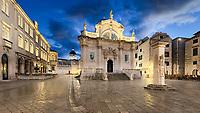 """Am Marktplatz erhebt sich die Rolandsäule (Orlandov stup). Der Roland wird als Held gefeiert, weil er Dubrovnik vor den Arabern geschützt haben soll. Die Statue (1418) diente gleichzeitig als offizielles Längenmaß: Der Unterarm des Kriegers (51,2 cm) war die """"Elle der Republik Dubrovnik"""", und die Kerben im steinernen Sockel der Säule wurden zum Vermessen der Waren genutzt."""