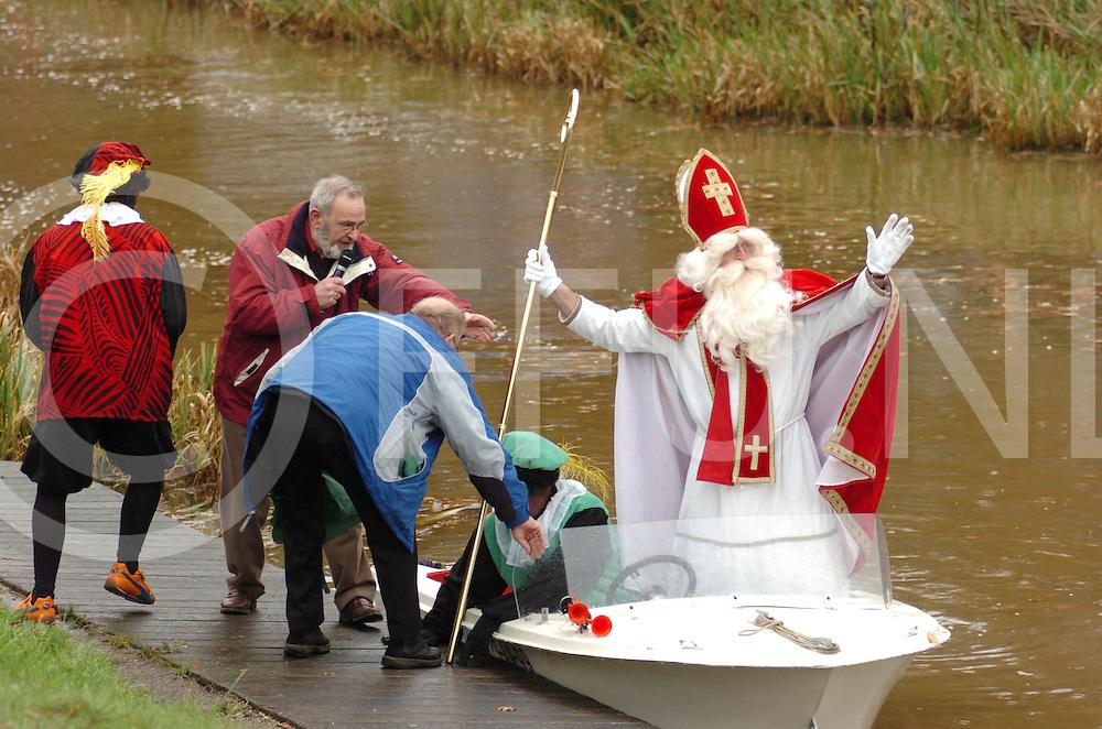 ALBERGEN<br /> Aankomst Sinterklaas met een speedboot.<br /> Editie:TU<br /> fotografie frank uijlenbroek&copy;2006frank uijlenbroek<br /> TT20061119