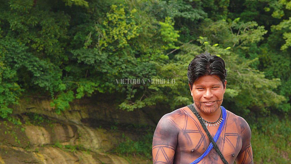El Río Chagres es uno de los principales afluentes que abastecen de agua tanto al lago gatún como al lago alajuela. Lagos artificiales creados para abastecer de agua permanente a las exclusas tanto de Miraflores, Pedro Miguel en el Pacífico, como las de Gatún en el Atlántico, del Canal de Panamá..En Panamá entre las culturas aborígenes propias de este pequeño y angosto istmo, se encuantra la cultura Emberá, antigua Chocoe. Esta junto a los Kunas, propios de la Comarca Kuna Yala, son una de las más representativas y más desarrolladas. Ambas culturas, son originarias de la Selva del Darién y más la Emberá, que tiene sus orígenes ancestrales, en el Chocó, Departamento de Colombia..Los Emberá se caracterizan por sus coloridos vestuarios. Las mujeres y niñas utilizan faldas de textiles multicolores, mientras que los hombres utilizan taparrabos. Acostumbran a pintarse la cara y el cuerpo con colores llamativos. © Victoria Murillo / Istmophoto.com