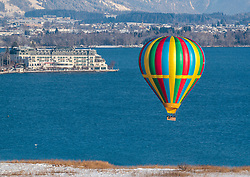 05.02.2018, Zell am See - Kaprun, AUT, BalloonAlps, im Bild ein Heissluftballon über den Zeller See // a Hot air balloon over the Zeller lake during the International Balloonalps Week, Zell am See Kaprun, Austria on 2018/02/05. EXPA Pictures © 2018, PhotoCredit: EXPA/ JFK