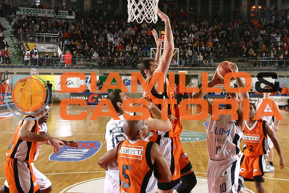 DESCRIZIONE : Udine Lega A1 2005-06 Snaidero Udine Climamio Fortitudo Bologna <br /> GIOCATORE : Garris <br /> SQUADRA : Climamio Fortitudo Bologna <br /> EVENTO : Campionato Lega A1 2005-2006 <br /> GARA : Snaidero Udine Climamio Fortitudo Bologna <br /> DATA : 22/01/2006 <br /> CATEGORIA : Tiro <br /> SPORT : Pallacanestro <br /> AUTORE : Agenzia Ciamillo-Castoria/S.Silvestri