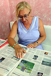 UNA SIGNORA LEGGE L'ARTICOLO SULLA NUOVA FERRARA AL BAR<br /> MORTO MARCELLO ZAMPINI IN INCIDENTE DI MOTO A MASI TORELLO