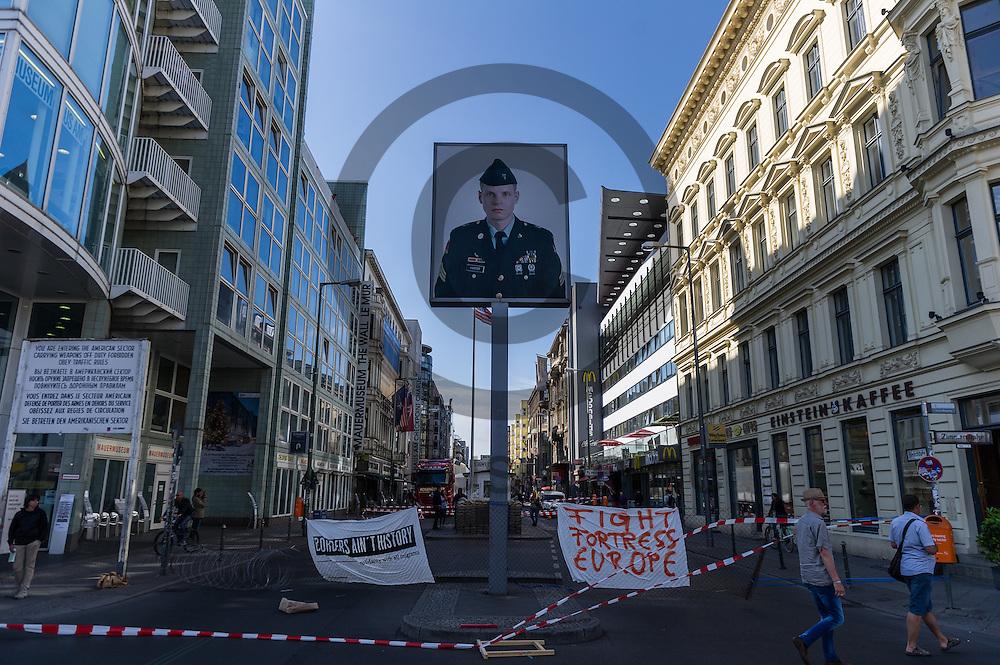 Aktivisten haben am 10.06.2016 an dem ehemaligen Grenz&uuml;bergang Checkpoint Charlie in Berlin, Deutschland einen symbolischen Grenzzaun aufgebaut. Die Aktivisten die die Aktion initiiert haben demonstrieren damit gegen die Abschottungspolitik der EU und die geschlossenen Grenzen. Foto: Markus Heine / heineimaging<br /> <br /> ------------------------------<br /> <br /> Ver&ouml;ffentlichung nur mit Fotografennennung, sowie gegen Honorar und Belegexemplar.<br /> <br /> Bankverbindung:<br /> IBAN: DE65660908000004437497<br /> BIC CODE: GENODE61BBB<br /> Badische Beamten Bank Karlsruhe<br /> <br /> USt-IdNr: DE291853306<br /> <br /> Please note:<br /> All rights reserved! Don't publish without copyright!<br /> <br /> Stand: 06.2016<br /> <br /> ------------------------------Aktivisten bauen am 10.06.2016 an dem ehemaligen Grenz&uuml;bergang Checkpoint Charlie in Berlin, Deutschland einen symbolischen Grenzzaun auf. Die Aktivisten demonstrieren mit der Aktion gegen die Abschottungspolitik der EU  und die geschlossenen Grenzen. Foto: Markus Heine / heineimaging<br /> <br /> ------------------------------<br /> <br /> Ver&ouml;ffentlichung nur mit Fotografennennung, sowie gegen Honorar und Belegexemplar.<br /> <br /> Bankverbindung:<br /> IBAN: DE65660908000004437497<br /> BIC CODE: GENODE61BBB<br /> Badische Beamten Bank Karlsruhe<br /> <br /> USt-IdNr: DE291853306<br /> <br /> Please note:<br /> All rights reserved! Don't publish without copyright!<br /> <br /> Stand: 06.2016<br /> <br /> ------------------------------