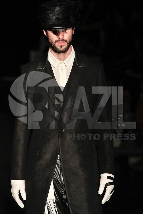 SAO PAULO, SP, 24 DE JANEIRO DE 2012 - SPFW DESFILE ALEXANDRE HERCHCOVITCH - Modelo durante desfile da grife Alexandre Herchcovitch (masc), no ultimo dia da Sao Paulo Fashion Week (SPFW), colecao outono/inverno 2012, na Bienal do Ibirapuera na regiao sul da capital paulista nessa terça-feira (24). (FOTO: VANESSA CARVALHO - NEWS FREE).