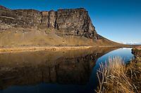 Lómagnúpur speglast í tjörn við þjóðveginn. Mountain Lomagnupur mirroring in a small pond by the highway. East Iceland.