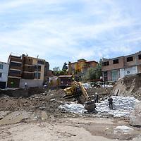Toluca, México.- (Marzo 30, 2017).- Colocan costales en la calle Niños Héroes, en el Barrio La Teresona, después de que comenzará a colapsarse por los trabajos que realizaba en el lugar una empresa constructora, vecinos piden se hagan responsables de los daños y realicen las reparaciones correspondientes. Agencia MVT / Crisanta Espinosa.