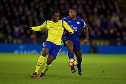 LEICESTER, ENGLAND - Boxing Day Monday, December 26, 2016: Everton's Romelu Lukaku on his way to scoring the second goal against Leicester City's captain Wes Morgan during the FA Premier League match at Filbert Way. (Pic by David Rawcliffe/Propaganda)