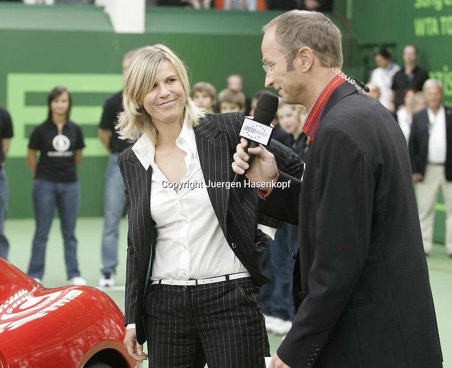 Porsche Tennis Grand Prix Turnier in Stuttgart-Filderstadt, Siegerehrung, Eurosport TV Kommentator Matthias Stach interviewed  Anke Huber, 09.10.2005.