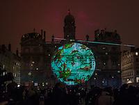 Fete des Lumieres - Lyon - Dec 2016<br /> Sans dessus, dessous - Joseph Couturier<br /> Place des Terreaux<br /> Partez a la decouverte d'un voyage imaginaire sur les traces d'un dereglement climatique conte, alliant lumiere et projections. Un savant fou, responsable du climat et des oceans, vous entraine a la poursuite d'une chouette ayant deregle la machinerie… Ensemble, vous parcourez le monde, du centre de la Terre au pole Nord, pour constater l'etendue des degats. Une feerie d'effets confronte la terre, l'eau et l'air, pour en saisir toute la complementarite et l'interdependance..