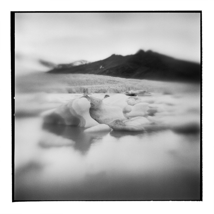 Iceland, Skaftafell National Park, Icebergs from Vatnajokull Glacier in Fjarllson Lake