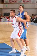 DESCRIZIONE : Bormio Ritiro Nazionale Italiana Maschile Preparazione Eurobasket 2007 Amicehvole Italia Turchia <br /> GIOCATORE : Oguz Savas Andrea Bargnani <br /> SQUADRA : Nazionale Italia Uomini <br /> EVENTO : Bormio Ritiro Nazionale Italiana Uomini Preparazione Eurobasket 2007 <br /> GARA : Italia Turchia <br /> DATA : 29/07/2007 <br /> CATEGORIA : Rimbalzo <br /> SPORT : Pallacanestro <br /> AUTORE : Agenzia Ciamillo-Castoria/S.Silvestri