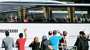 Nederland, Nijmegen, 21-4-2016De noodopvang kamp Heumensoord wordt ontruimd en asielzoekers verlaten het kamp . Het COA brengt de asielzoekers elders onder om het tentenkamp op 1 mei leeg te hebben om met de afbraak te kunnen beginnen. 1 juni moet het terrein opgeleverd worden. per bus vertrekt men naar een ander azc . Iedereen mag twee koffers en wat handbagage meenemen. Vertrekkende bewoners nemen soms emotioneel afscheid van vrijwilligers en de laatste achterblijvers. In de afgelopen maanden zijn vele vriendschappen ontstaan.Foto: Flip Franssen