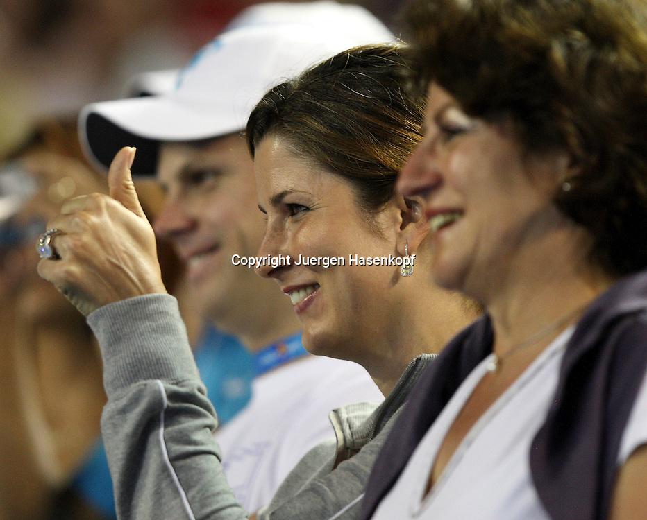 Australien, Melbourne, Sport, Tennis, Grand Slam Tournament, Melbourne Park, Australian Open 2010,.Mirka Federer gibt das Daumen hoch Zeichen auf der Tribuene, vorne Roger's Mutter Lynette...Foto: Juergen Hasenkopf..