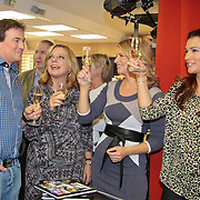 NLD/Eemnes/20111027- Boekpresentatie Koffietijd, Caspar Bürgi ,Lauretta Schrijver, Pernille la Lau en Quinty Trustfull toasten op het boek