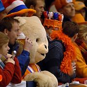 NLD/Heerenveen/20060122 - WK Sprint 2006, 2de 1000 meter dames, publiek, toeschouwer, oranje, gekte, feest, hoed, pet, versiering, supporter, beer, pop