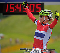 Sykkel <br /> 29.06.2013<br /> Kirchberg Østerrike<br /> Foto: Gepa/Digitalsport<br /> NORWAY ONLY<br /> <br /> UCI Weltmeisterschaften Marathon, Damen, Siegerehrung. Bild zeigt den Jubel von Gunn-Rita Dahle Flesjå (NOR).