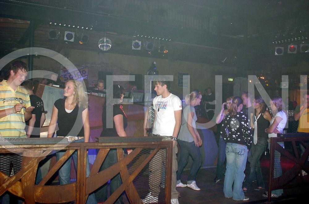 RIJSSEN..examen feest in lucky..Editie: voorpagina..fotografie frank uijlenbroek©2007frank uijlenbroek..TT20070615
