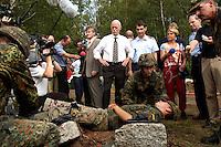 """17 AUG 2004, APPEN/GERMANY:<br /> Peter Struck (Mi-L), SPD, Bundesverteidigungsminister, und Oberst Roland Braun (Mi-R), Kommandeur der Unteroffizierschule, besichtigen die Praktische Ausbildung """"Retten und Bergen"""", waehrend einem Besuch der Unteroffiziersschule der Luftwaffe<br /> IMAGE: 20040817-01-013<br /> KEYWORDS: Truppenbesuch, Soldat, Soldaten, Bundeswehr, Sanitaetsuebung, Santitätsübung"""