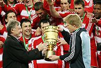 Fotball<br /> Tyskland<br /> 19.04.2008<br /> Foto: Witters/Digitalsport<br /> NORWAY ONLY<br /> <br /> Bundespraesident Horst Koehler ueberreicht Torwart Oliver Kahn FCB den Pokal, FC Bayern Muenchen DFB Pokalsieger 2008<br /> <br /> DFB-Pokal Finale Borussia Dortmund - FC Bayern München