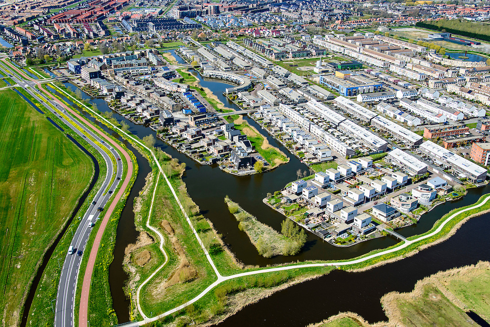 Nederland, Noord-Holland, Zaanstad, 20-04-2015; Noordpolder met de nieuwe woonwijk Saendelft, tussen Assendelft en Krommenie. Ontsluitingwweg, de Noorderveenweg.<br /> Newly developed residential area, Zaanstad. <br /> luchtfoto (toeslag op standard tarieven);<br /> aerial photo (additional fee required);<br /> copyright foto/photo Siebe Swart