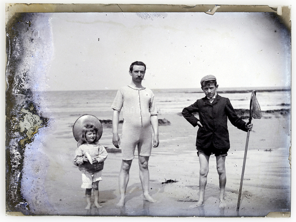 1900s seascape father and children