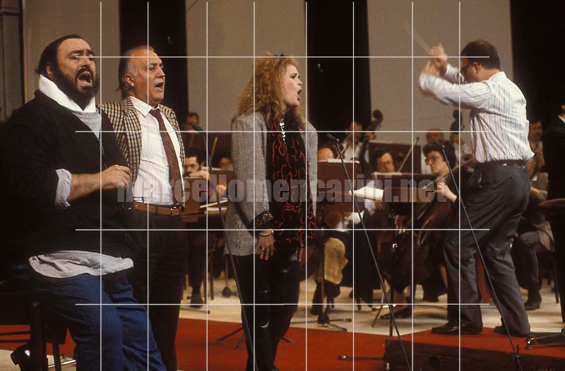 Reggio Emilia, 29/04/1991. Opera singers Luciano Pavarotti, Piero Cappuccilli and June Anderson during the concert rehearsal for theThirtieth anniversary of Pavarotti's career  / Reggio Emilia 29/04/1991. I cantanti lirici Luciano Pavarotti, Piero Cappuccilli e June Anderson durante le prove del concerto per i trent'anni di carriera di Pavarotti - © Marcello Mencarini