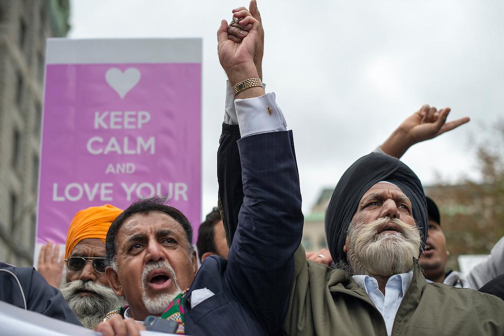 Montr&eacute;al, Canada, le 14 septembre 2013. Des membres de la communaut&eacute; Sikh se joignent &agrave; la manifestation pour protester contre la Charte des valeurs qu&eacute;b&eacute;coises qui interdit aux employ&eacute;s de la fonction publique le port de signes religieux ostensatoires comme le hijab ou la Kippa.<br /> Members of the Montreal Sikh Community protesting against the Parti Quebecois proposed Charter of Value. Sikhs working in the public sector would not be allowed to wear their turbans.
