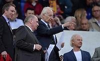 FUSSBALL  CHAMPIONS LEAGUE  HALBFINALE  RUECKSPIEL  2012/2013      FC Barcelona - FC Bayern Muenchen              01.05.2013 Uli Hoeness (li, FC Bayern Muenchen) und Edmund Stoiber (rechts) zu Gast auf der Ehrentribuene