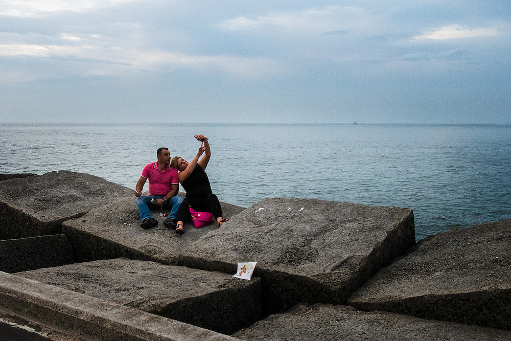 Nederland, Scheveningen, 20 juli  2014<br /> Stelletje maakt selfie op de havenpier van Scheveningen<br />  <br /> Foto (c) Michiel Wijnbergh