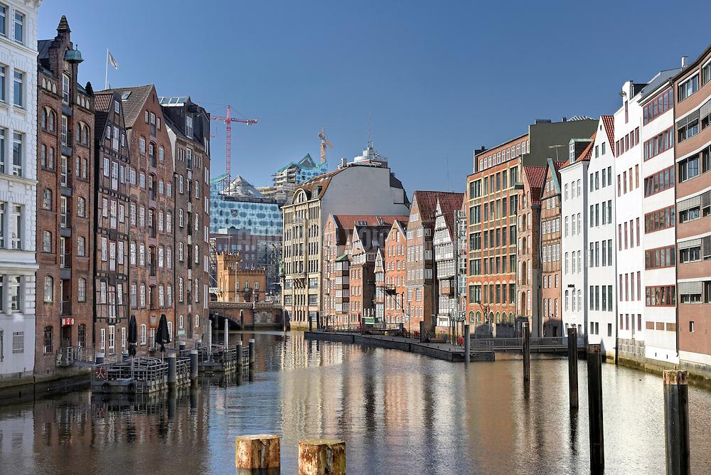Altstadthäuser und Speicher vor dem Fleet Richtung Hohe Brücke mit der Elbphilharmonie im Hintergrund