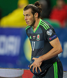 VIENNA, AUSTRIA - Thursday, October 6, 2016: Wales' Gareth Bale dries the ball with his shirt as he prepares to take a throw-in against Austria during the 2018 FIFA World Cup Qualifying Group D match at the Ernst-Happel-Stadion. (Pic by David Rawcliffe/Propaganda)